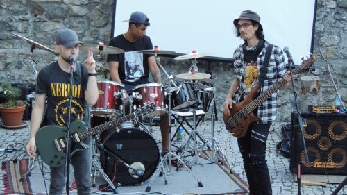La gruppa da rock rumantsch REAT ha pisserà per buna glüna ad Ardez (fotografia: Benedict Stecher).