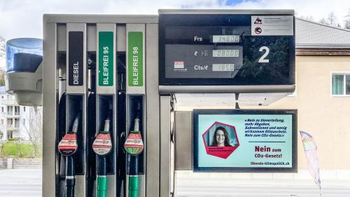An der Tankstelle in St.Moritz Bad wird gegen das CO2-Gesetz mobilisiert - hier durch die Initiative «Nein zum CO2-Gesetz»Foto: Jon Duschletta