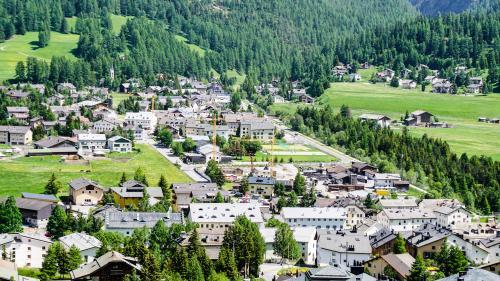 Siedlungsentwicklung nach innen wie hier in La Punt Chamues-ch, dient einer nachhaltigen Raumentwicklung. Archivfoto: Jon Duschletta