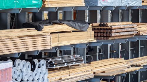 Wer kann, bestellt benötigtes Baumaterial auf Vorrat. Die Lieferfristen für verschiedene Holzprodukte haben sich in den letzten Monaten von drei auf auch mal 14 Wochen vervielfacht. Foto: Daniel Zaugg