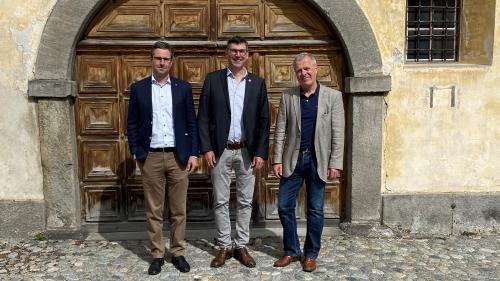 Il comitè d'organisaziun dal seguond Festival da la chanzun rumauntscha a Zuoz. Arno Felix (da schnestra), schef da finanzas, Curdin Lansel, president, e Jachen Prevost, schef da la comunicaziun (fotografia: Andri Netzer).
