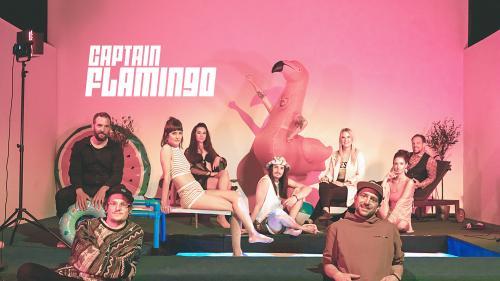 Bibi Vaplan e sia squadra preschaintan il «Captain Flamingo» e motiveschan da mouver il chül e da giodair la stà. Cun l'app «EngadinOnline» as poja activar il video zoppà davo quista fotografia (fotografia: popcornopera.ch).