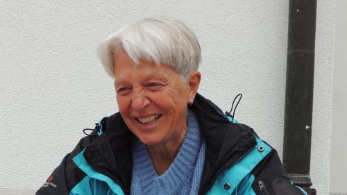 Dora Erny ha expost cun seis figl Jakob tagls a siluetta ad Avrona (fotografia: Benedict Stecher).