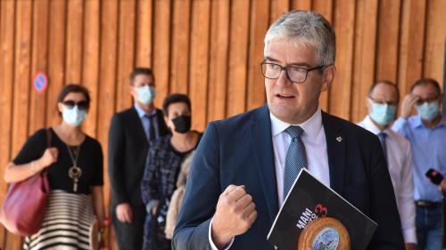 Regierungsrat Jon Domenic Parolini hat das Manifest zur Stärkung des Zusammenhalts zwischen den kantonalen Sprachgemeinschaften entgegengenommen (Foto: Nicolo Bass).