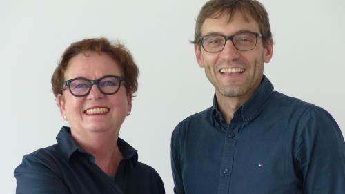 La presidenta da la Fundaziun Medias Rumantschas, Corina Casanova, ed il schefredacter da la FMR, David Trutmann, sun cuntaints cul prüm on da gestiun (fotografia: mad).