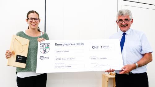 President cumünal Emil Müller surdà il premi d'energia 2020 a Cornelia Gantenbein-Grass da la STWEG Chasa Ers Curtins.  fotografia: Jon Duschletta
