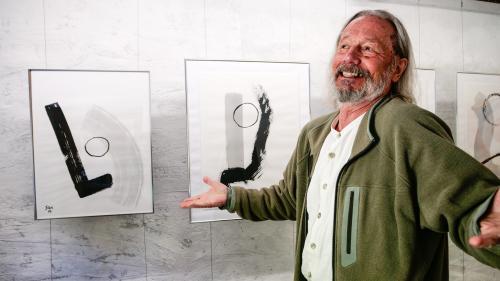 Herbert SAX Baerlocher mit den Japantuschen «Contrastante» 2014 und «Partage» 2015.Foto: Jon Duschletta