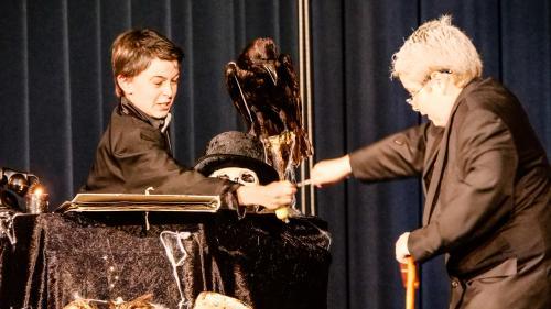 Scena our dal töch da teater «L'invid», scrit ed arrandscho dad Elvira Pünchera e giuvo in maniera grandiusa da las scolaras ed ils scolars dal s-chellin d'immez da S-chanf. fotografias: Jon Duschletta