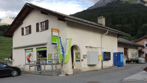La butia cun posta ed infuormaziun as rechatta il center dal cumün. fotografia: Benedict Stecher/FMR