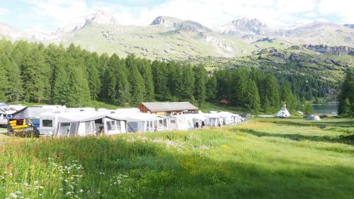 Naturnahes Campieren mit Blick auf See und Berge: Der Camping von Plan Curtinac bei Maloja ist eine Oase für Ruhe suchende Individualisten und Familien.