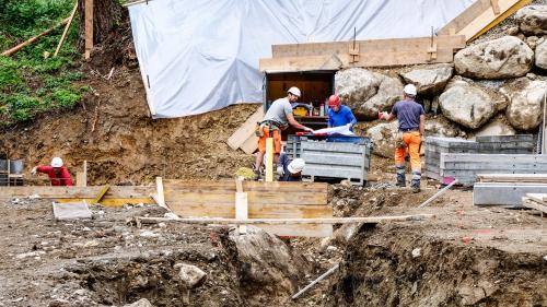 Aktuell sind Fundaments- und Hangsicherungsarbeiten im Gang. Foto: Jon Duschletta