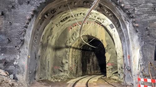 Täglich um kurz nach 21.00 Uhr passiert der letzte Zug den Val Varunatunnel. Das ist der Startschuss für die Bauarbeiter. Foto: Denise Kley