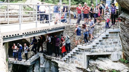 Grossandrang herrschte am Samstag beim Einstieg in den neuen Schluchtenweg «Orrido di Cavaglia». Fotos: Jon Duschletta