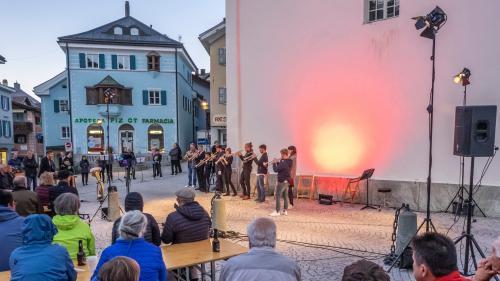 Eine Gruppe Meisterkurs-Teilnehmer beglückt ihr Publikum im Herzen von Samedan mit einem Freiluftkonzert.