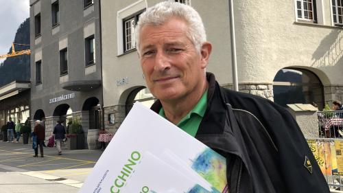 Claudio Danuser hat nicht nur die musikalische Leitung von «La Spusa chapriziusa», er ist auch für die Werbung dieser Opernproduktion zuständig. Deshalb sieht man ihn in Pontresina Flyer und Plakate verteilen.