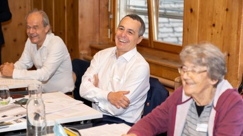 Bundesrat Ignazio Cassis hatte grosse Freude an der kurzen Romanisch-Lektion zur Eröffnung der Sommer-Intensivkurse in Scuol (Foto: Dominik Täuber/TESSVM).