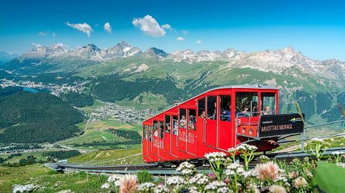 Gäste können ihr Abo für die Oberengadiner Bergbahnen ab sofort zu jedem beliebigen Zeitpunkt kaufen. Die Gültigkeitsdauer beträgt immer ein Jahr.  Foto: Engadin St. Moritz Mountains/Roberto Moiola