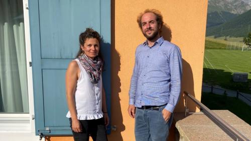 Bettina Vital e Chasper-Curò Mani han fich differents caracters. Schi va però per realisar ün proget as cumpletteschan els (fotografia: Andri Netzer).