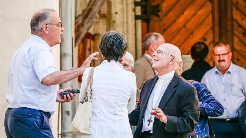 Guy Parmelin (links) im Gespräch mit Bischof Joseph Maria Bonnemain. Ganz rechts Victor Peer, Präsident der Region EBVM. Foto: Jon Duschletta