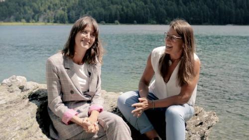 Bibi Vaplan (a schnestra) e la presidenta cumünela da Sils/Segl Maria, Barbara Aeschbacher, haun tschercho nouvas vias pel pled dals 1. avuost (fotografia: mad).