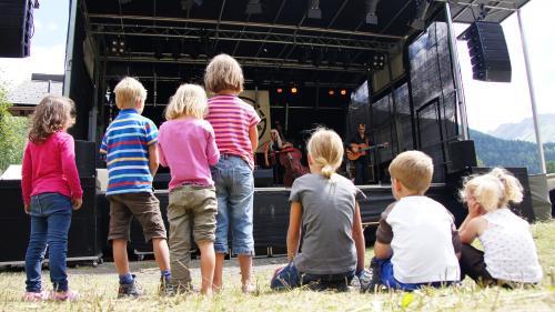 La spüerta a l'Open Air Chapella es attractiva eir pels iffaunts (fotografia: Jon Duschletta).
