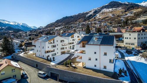 Die Monolit-Überbauung in Scuol besteht aus vier Häusern; drei wurden in das BFE-Projekt einbezogen: vorne links Haus A, dahinter Haus B, vorne rechts Haus C. Foto: Fanzun AG