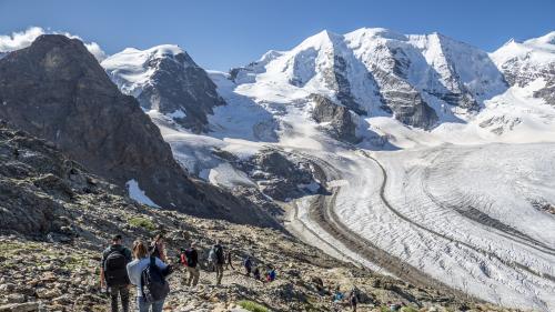 Die Gipfel des Bernina-Massivs vor Augen nähern sich die Wanderer auf dem neuen Rundweg dem Persgletscher. Foto: Valentina Baumann