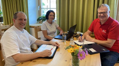 Pierre-René Grond (da schnestra), Karin Casty-Greiner e Gian Ulrich Pitsch mainan l'Uniun da Mansteranza e Gastro Val Müstair (fotografia: Anita Grond).