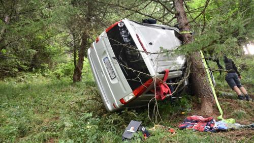 Ein Kleinbus überschlug sich in einer sehr steilen Böschung und kam mit dem Dach gegen einen Baum zum Stillstand (Foto: KaPo GR).