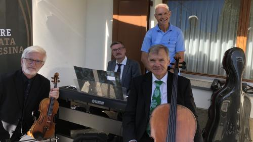 Geburtstagskind Heiri Denoth (stehend) und das Trio der Camerata Pontresina.