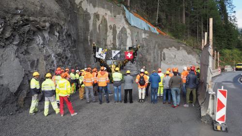 In preschentscha da mineurs, indschegners, rapreschantantas e rapreschantants politics es gnü dat la prüma minada pel tunnel da la Val Alpetta in direcziun Samignun (fotografia: David Truttmann).