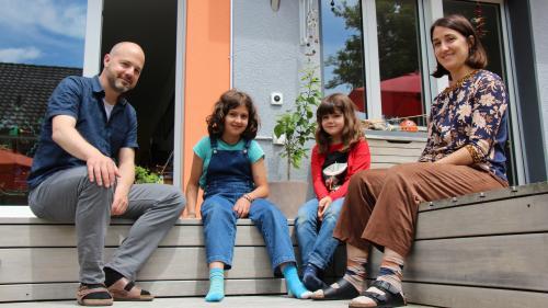 Ivar Trippolini cun sias figlias Clelia ed Aline e sia duonna Melina davaunt lur chesa a Bümpliz. Uossa fo la famiglia müdeda e vo per quatter ans a Belgrad (fotografia: Gianna Duschletta).