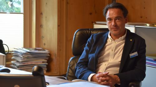 Michael Pfaff, schefmeidi da la Clinica Holistica a Susch (fotografia: Nicolo Bass).