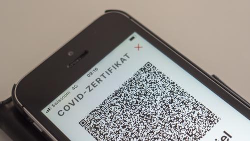 Digitaler Passierschein: Dank dem Covid-Zertifikat auf dem Handy ist der Zugang zu öffentlichen Innenräumen wie Restaurants problemlos möglich. Foto: Daniel Zaugg