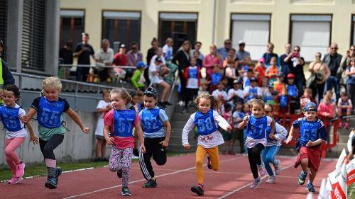 Die Kindergärtler rennen beim «Quer durch Celerina» um die Wette.  Fotos: Rolf Müri