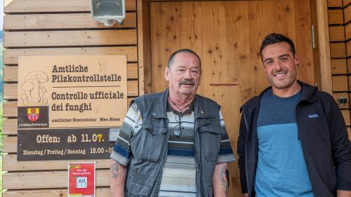 Raffaele Greco (rechts) ist der Nachfolger des langjährigen Pilzkontrolleurs Men «Funghi» Bisaz. Foto: Valentina Baumann
