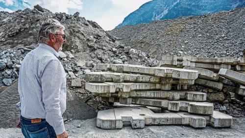 Flurin Wieser begutachtet die alten Betonblöcke, die aufbereitet und für die Herstellung von Recyclingbeton verwendet werden. Fotos: Denise Kley