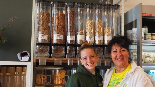 Natascia Sossi (rechts) ist Inhaberin des Reformhauses «Bio Natur», das sie vor vier Jahren eröffnet hat. Foto: Valentina Baumann