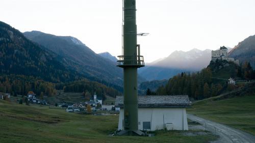 Zum Mobilfunkmast in Tarasp sagt der Fotograf, dieser nehme einen gleichwertigen Platz wie das Schloss ein. Foto: Thomas Kneubühler