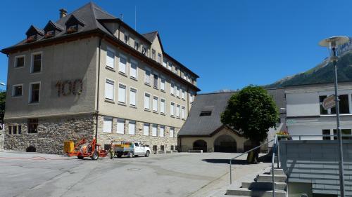 Illa sala cumünala da Scuol tratta la radunanza cumünala in lündeschdi tanter oter l'iniziativa da transparenza e la cuntraproposta (fotografia: Flurin Andry).