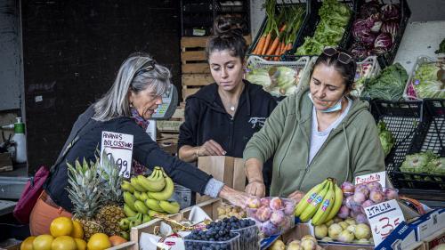 Der Wochenmarkt in Chiavenna lebt von den Familienbetrieben und kleinen Händlern.