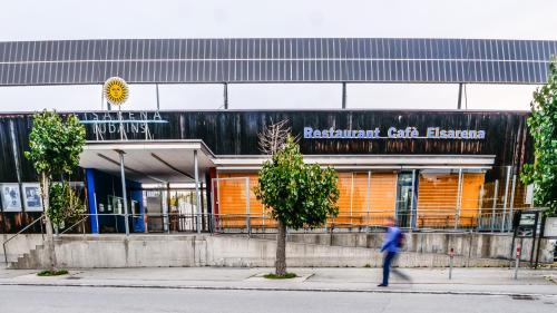 So leuchtend gelb sie auch sind, das trostlose Bild geschlossener Jalousien beim gemeindeeigenen Restaurant der Eisarena Ludains soll baldmöglichst wieder der Normalität Platz machen und neue Betriebsamkeit bringen. Foto: Jon Duschletta