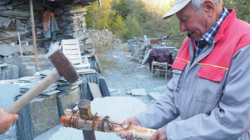 er 86-jährige Francesco del Zoppo benutzt beim Aufbrechen und Spalten des Malencer Schiefers einfachstes Werkzeug. Foto: Marie-Claire Jur