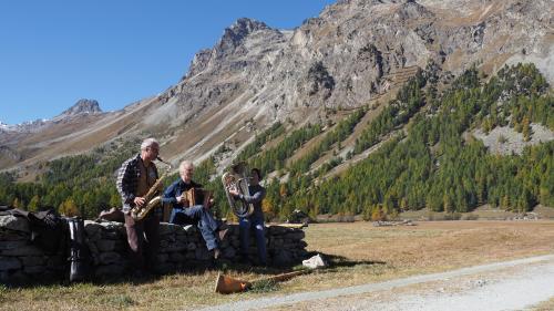 Das Trio SULP bei einem seiner Auftritte unter freiem Himmel. Foto: Marie-Claire Jur