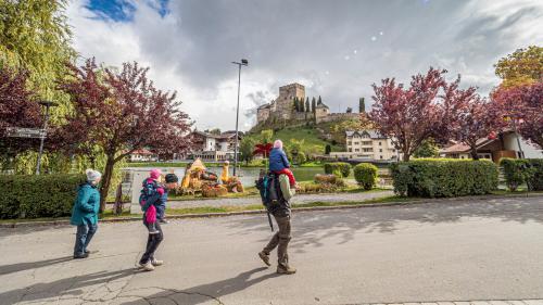 Ladis mit der frühmittelalterlichen Burg Laudeck.  Foto: Daniel Zaugg